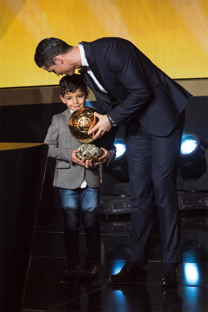 Cristiano Ronaldo entrega a Bola de Ouro para o filho no palco da festa da Fifa. #trboladeouro http://t.co/GKxiJDrKLq