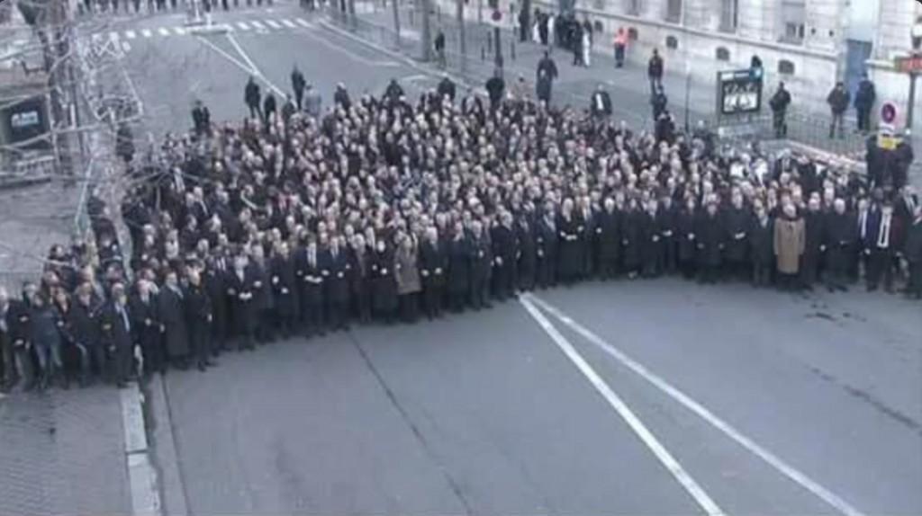 パリで行われた首脳陣のデモは撮影用でした。 http://t.co/dxE1o74ryb http://t.co/QaJKCgvqk7