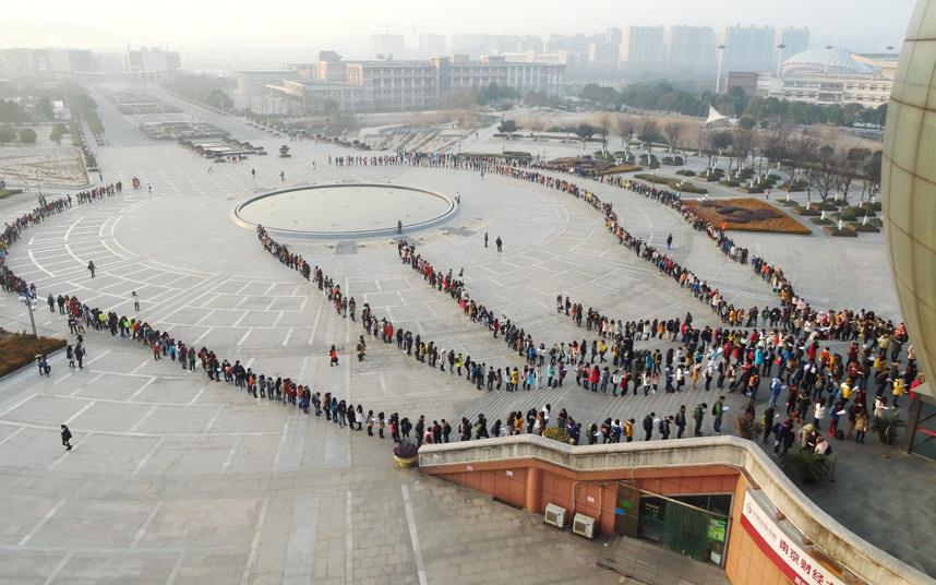 @saudi_dr هكذا يصطف #الطلبة في #الصين ربما لساعات بانتظار دورهم في #مكتبة #الجامعة اين طلابنا من المكتبات الجامعية ؟ http://t.co/AbdteolNuZ