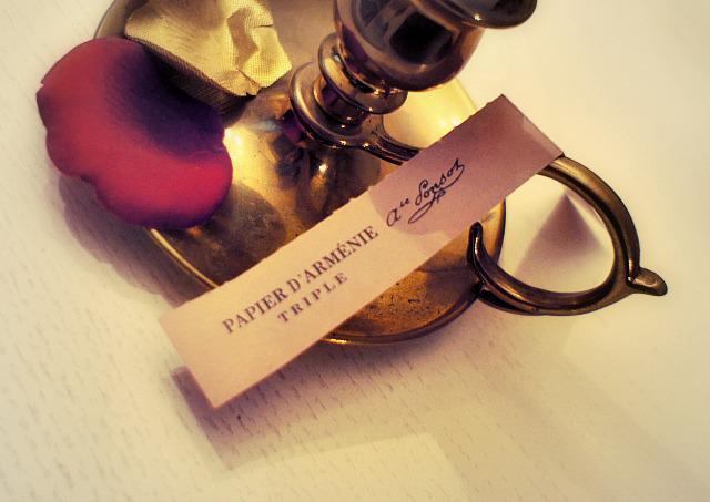 宝塚歌劇のチケットやりとりのとき、友人から受け取ったお代封筒にフランス製のアルメニアペーパー(日本でいう文香)が入っていて、お札まで良い香りだった。ヅカ友との付き合いは、そういう昭和乙女少女漫画なとこが好き。 http://t.co/iXKt7wMErR