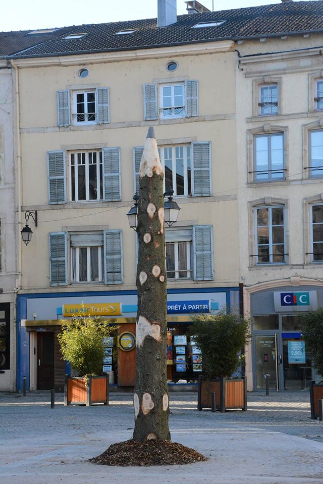Love this! In Epinal, they cut down the Xmas tree and carved the stump into a pencil: http://t.co/PjkyxQW2ia via @ruchequiditoui @JeanLoO