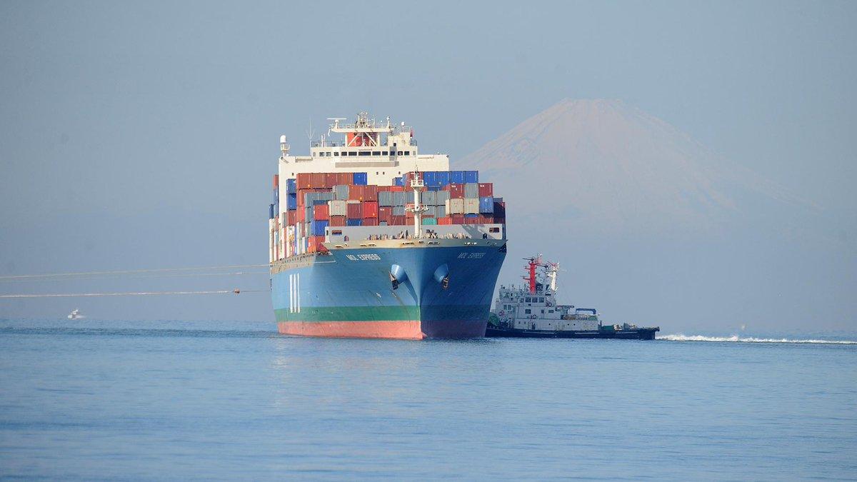 座礁船の引出しを見てきました。館山市の平久里川河口付近から。 カンムリカイツブリは20羽余りが来ていました。はい、お見送りですか。(^_^;) http://t.co/iNkPCKPJ8D