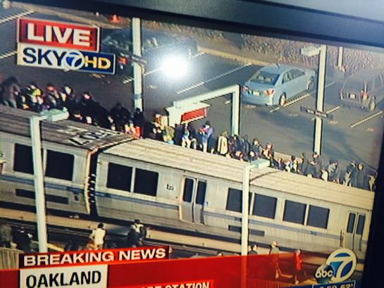 Stranded passengers now at west Oakland BART station after man jumped in front of train at #SF Powell St station http://t.co/Mdjck8tIgq