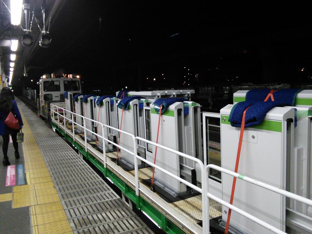 終電間際の貴重な光景ですね。朝には田端駅も両方にホームドアが設置されているのでしょう。 http://t.co/JjeQTv0MKI