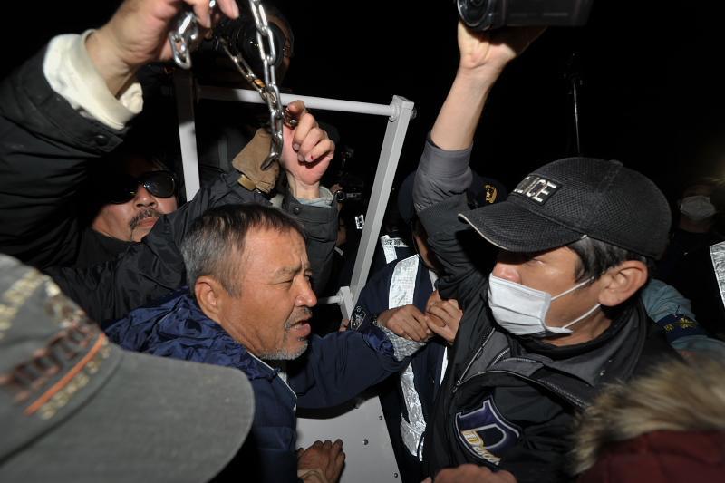 辺野古キャンプ・シュワブにて。これが安倍政権だ。 沖縄に新基地を作るためであれば、民意など全く無視する。 市民の声に耳を傾けない警察官の姿は安倍晋三首相そのものである。 http://t.co/Zf26nPSKlo