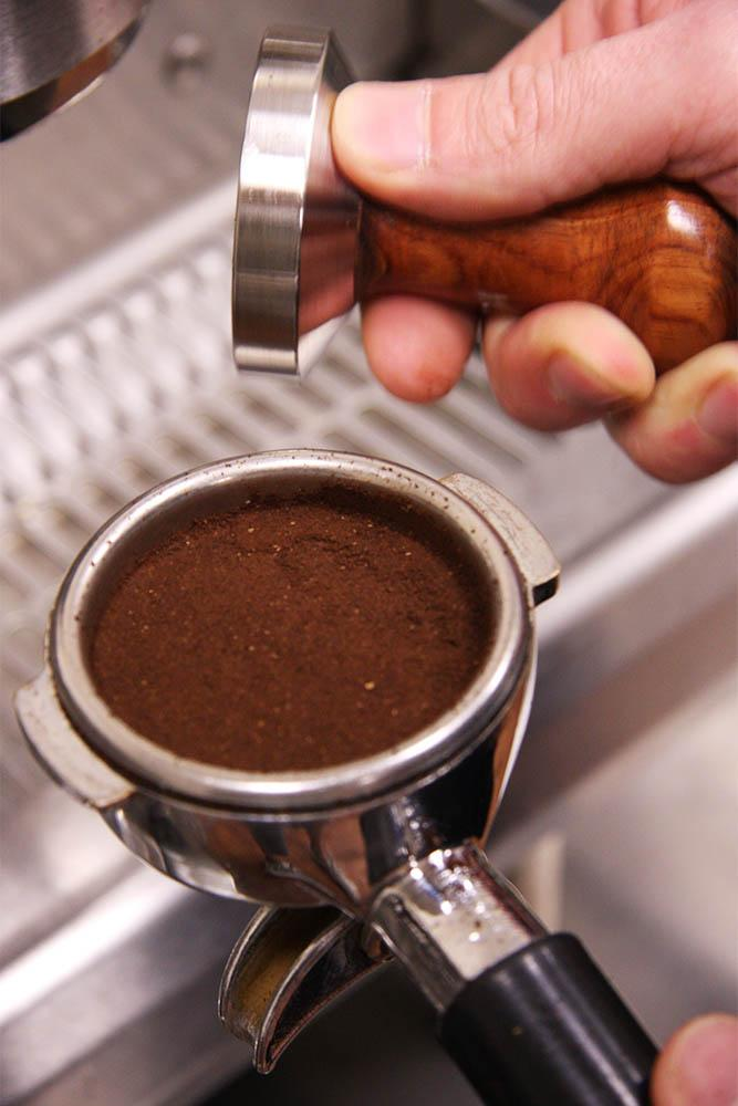 """@5Senses: Home Barista tip: Tapping your portafilter will crack your puck and create channelling. Don't do it! ^HJ http://t.co/KoCDIVJ3a2"""