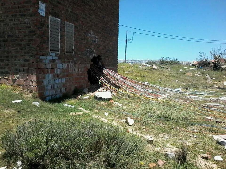 Some amazing photos of electricity piracy in South Africa - http://t.co/iIcWCEYqqW http://t.co/tZ9CSYVz5o