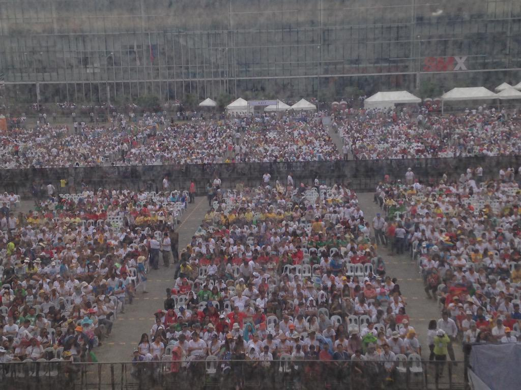 The crowd at MOA waiting for the Pope. #PopeInPH #PopeFrancisPH http://t.co/4sjs5OkfqT