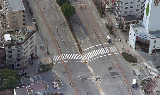 阪神・淡路大震災「1.17の記録」 大開通8交差点周辺  私も産まれは兵庫区。 この光景を見た時に唖然とし、今、この場に普通に立つと、地震の一種の恐ろしさは、忘れることはない。 https://t.co/x8gM04BZw5 http://t.co/QQeKGEzecC