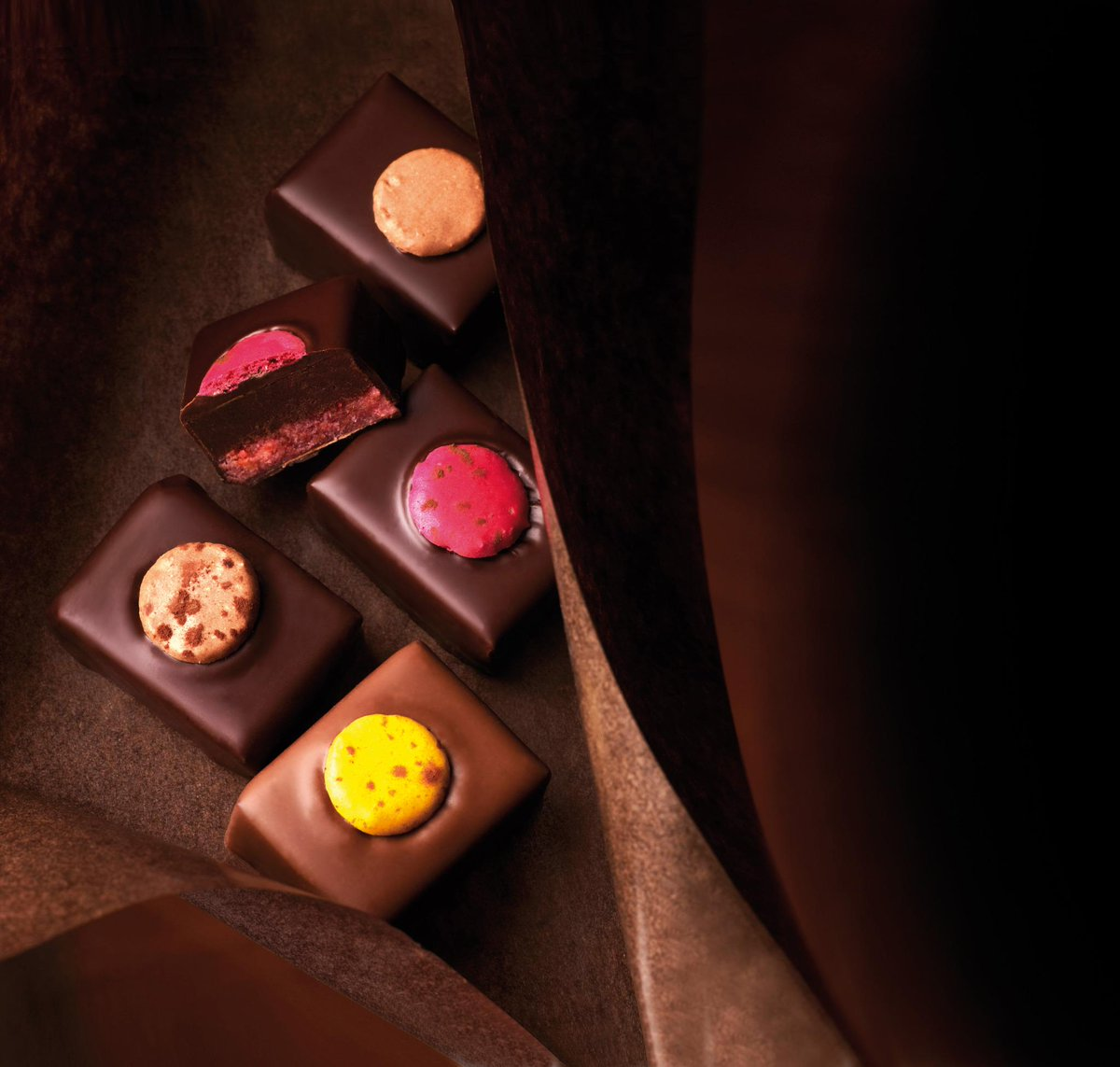 Can't choose between a macaron and a chocolate bonbon - have you tried the Chocolat au macaron? http://t.co/6bVcONZr0a