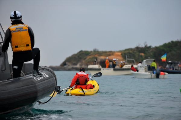 海保の仕事は海難救助や海上警備(密漁・密輸の取り締まりや国境警備)だろう。丸腰のカヌーで基地反対デモをする市民排除が任務か?大型ボートで吹けば飛ぶようなカヌーを追い詰め蹴散らす悪役に見える。公権力は市民のために使われなければならない。 http://t.co/yx4YC5oX4p