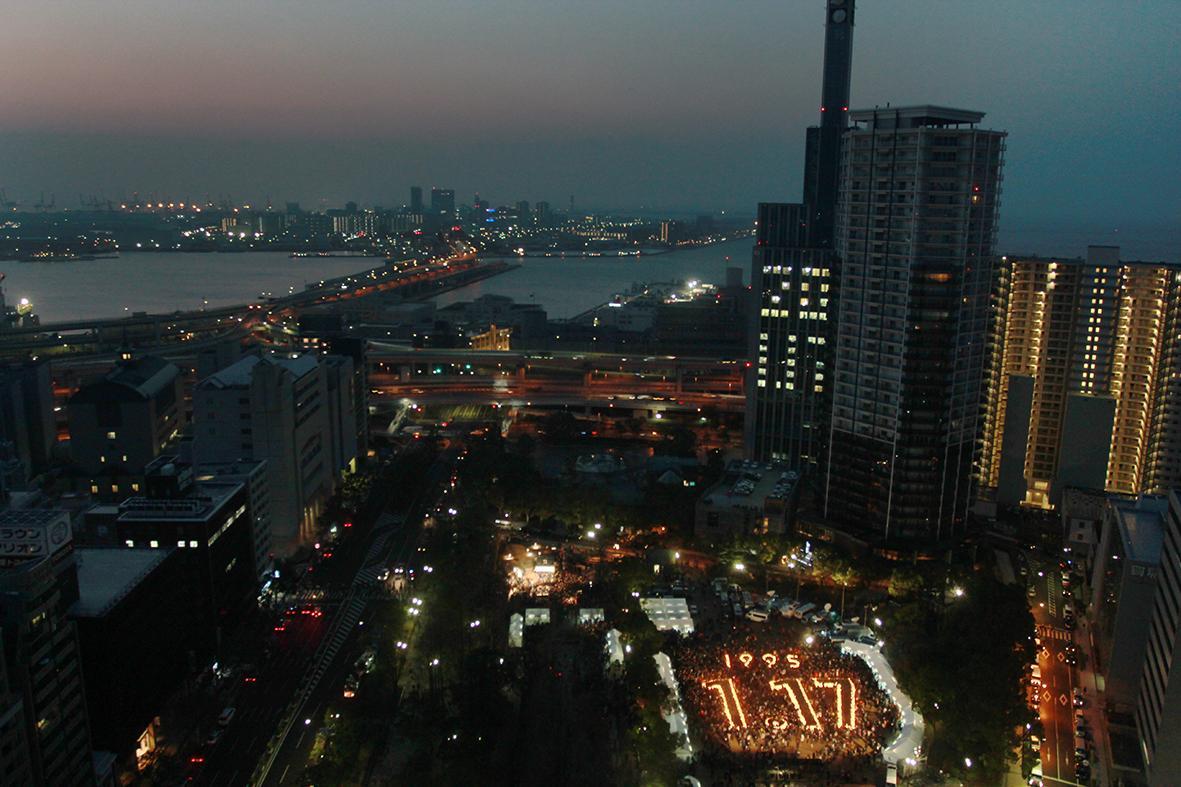 夜明けの神戸の街 東遊園地に灯された「希望の灯」が1・17の形になって浮かび上がります #震災20年 http://t.co/hmvpooBGjz