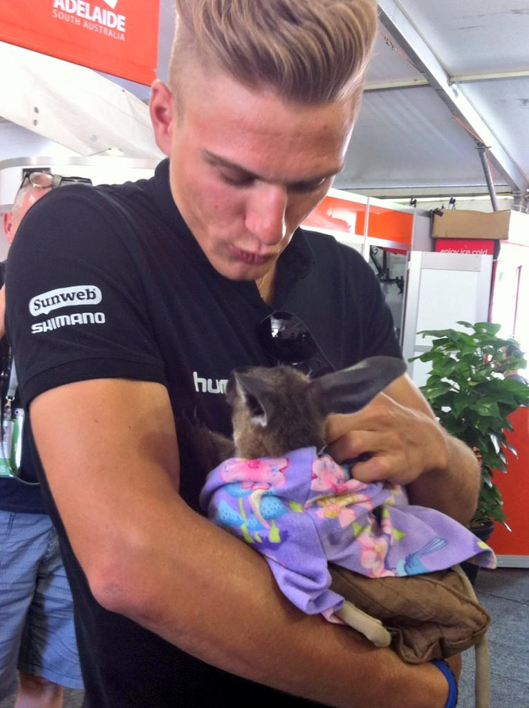 Joey Amelia gets a cuddle from @marcelkittel at the @CityofAdelaide Tour Village! On 3...Aww! #tdu http://t.co/mMVfDamTg6