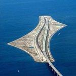 """جسر أوريسند الرائع الذي يربط بين السويد والدنمارك نصفه الآخر نفق تحت الماء حتى تتمكن السفن والبواخر من العبور !  http://t.co/2UFDV1AykU"""""""