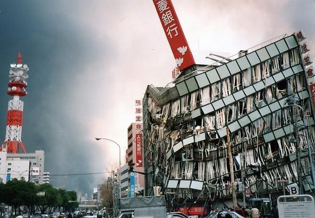阪神・淡路大震災「1.17の記録」  水木通1丁目付近   ネットもスマホもデジカメもあの時はなかったですが、街の記録を残していくことは、まちの記憶を思い出すことに繋がると信じています。  http://t.co/g3qzR8yRYI http://t.co/S4gcE3jvo6