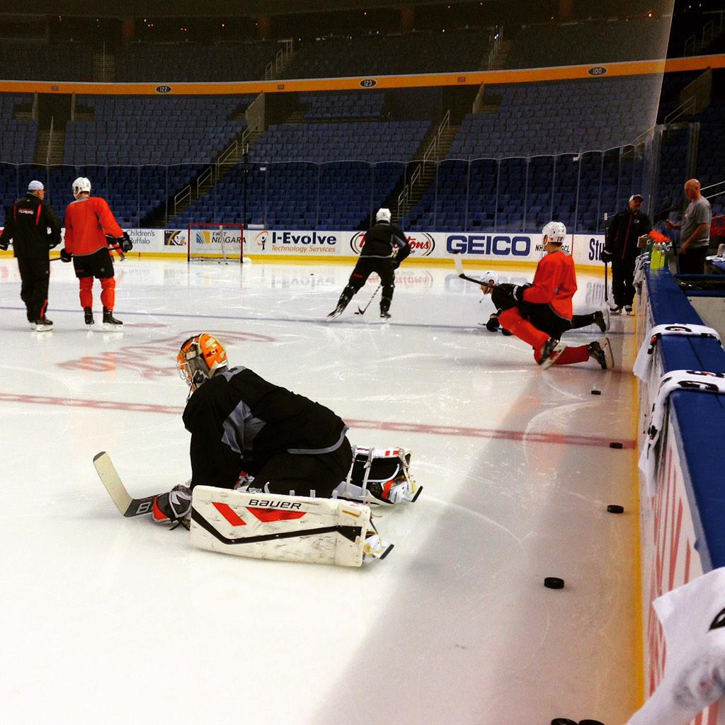 Tonight's starting goaltender, Rob Zepp, stretches out during morning skate in Buffalo. #PHIvsBUF http://t.co/L7jgQyXCiB
