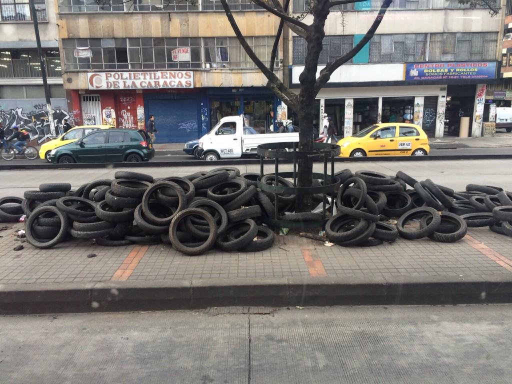 "Me parece curioso que hoy se vean tantas llantas usadas dispuestas ""estratégicamente"" en las calles d Bogotá http://t.co/QcIf7SSt2G"