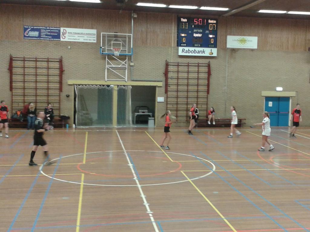 Scheids Leon staat klaar voor A1. Zojuist #Voltreffers B1 - Ventura sport. .. 12-8 http://t.co/D64kBEpmL9