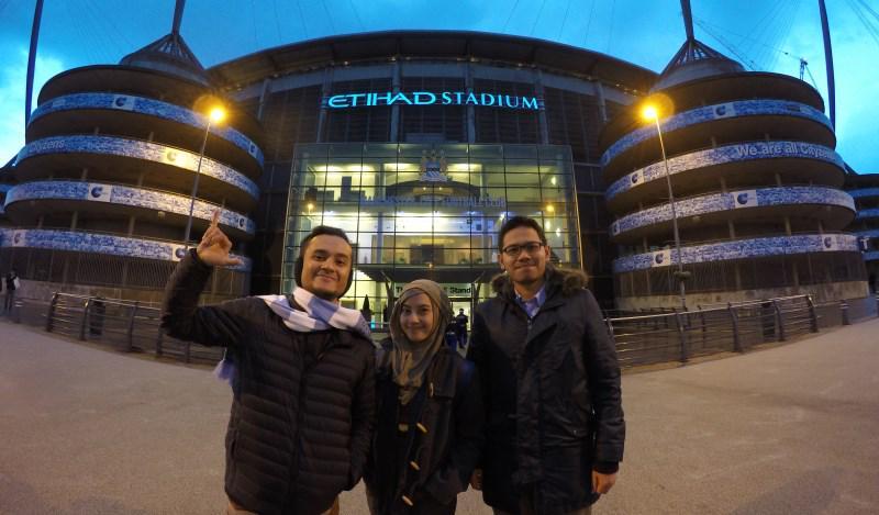 Etihad Stadium! bersama ID Media Exec @amalganesha dan istriku @hiromihany ! #Cityzen #mcfc @MCFCIndonesian. http://t.co/m3z0x2zqBs