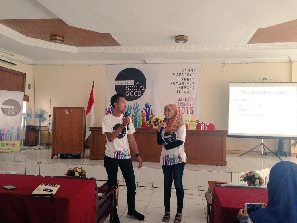 Perkenalan ttg Gaya Hidup Ramah Lingkungan dr tmn2 @EHpekanbaru yg dtg ke #jambi u/ ikut #SocMed4SocGood :) http://t.co/pQLCX1uQlA