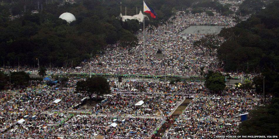 Wide shot of crowd at the papal mass at the Quirino Grandstand from @BBCWorld http://t.co/nqyOcy1jEP
