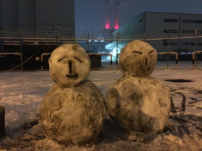 일마친 작업복 입은  눈사람 노동자  굴뚝농성 서른일곱밤 농성장 저녁풍경! http://t.co/e9WIvvBlOB
