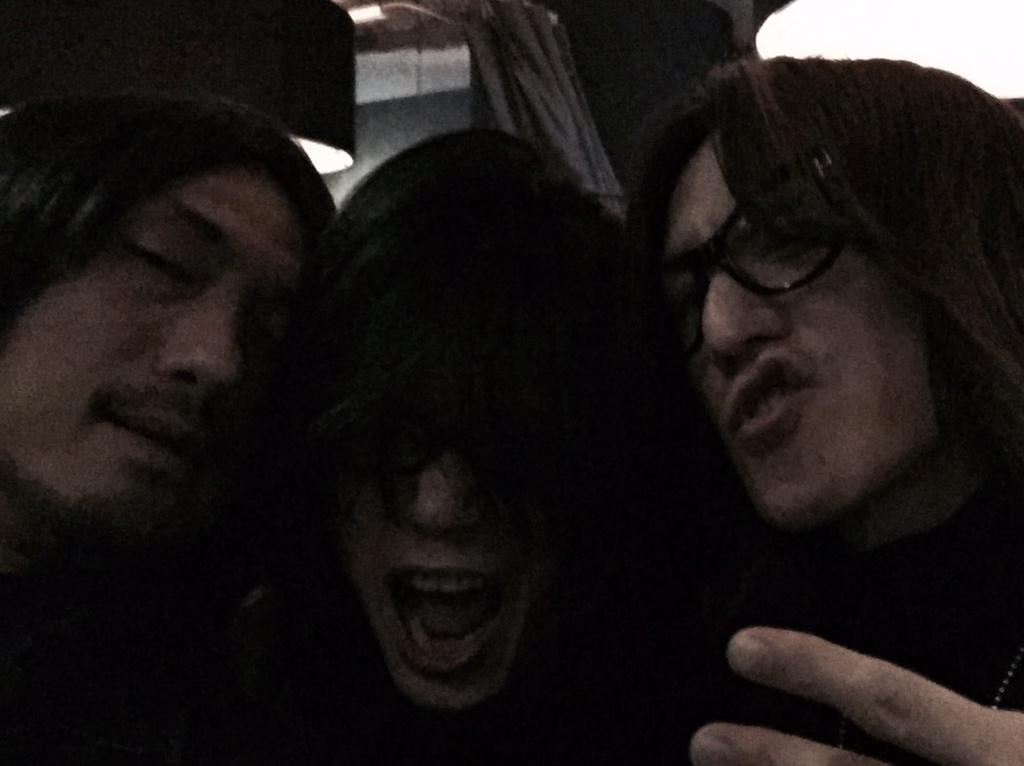 ギタリスト会新年会にてユタカとSUGIZOさんとめんどくさい3人のショットを。宴はまだまだ続きます。 http://t.co/fcqcxKZLlk