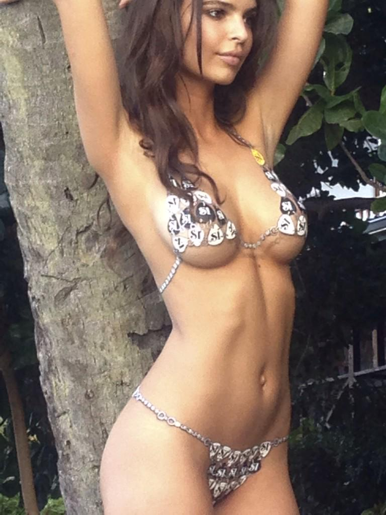 "❤️👍🔥😜""@emrata: #bts from the 2014 @SI_Swimsuit issue! Body painted up! @MJ_Day @darciebaum @JanineBerey http://t.co/kz56E8f3mw"""