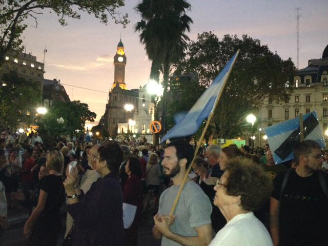 Nuestra compañera Verónica Smink nos manda estas fotos de la marcha por la muerte del fiscal #Nisman en Buenos Aires http://t.co/hkhyS1AQCZ