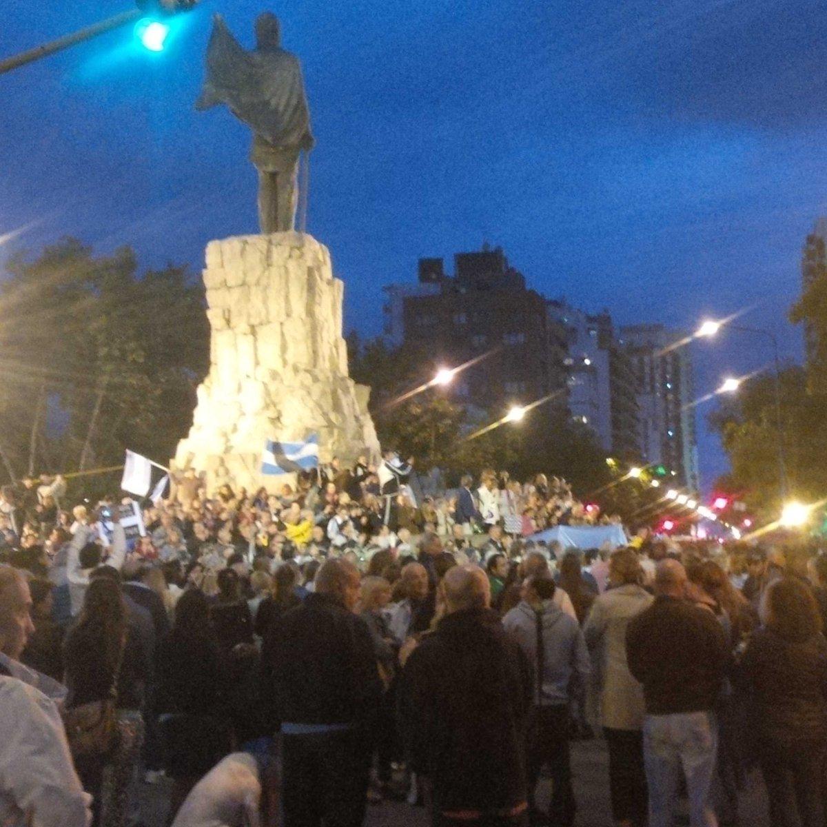 Mar del Plata - La gente se manifiesta. La gente pide justicia #lamuertedenisman http://t.co/dfLETXp3N4