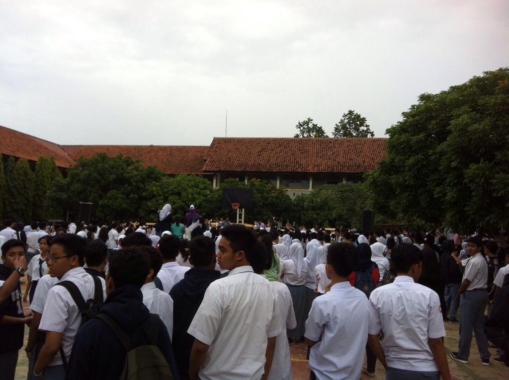 Panggung Kejutan Hitzfm di SMUN 6 Tangsel Pecah brooo!!!brg @theovertunes dan @967HitzFM #PKHITZFM http://t.co/XdVxjBXs6a
