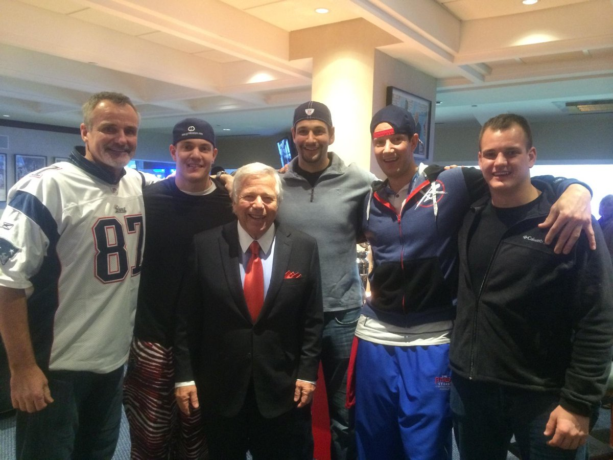 Gronk Bros were getting Mr Kraft Hyped up at the stadium.  @Chrisgronkowski @GordieGronk @ggronko @RobGronkowski http://t.co/r6oeOBMreE
