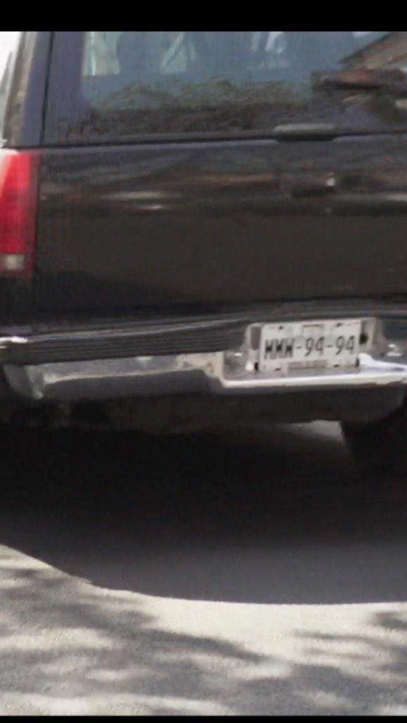 Si usted conoce a la señorita que conduce una Suburban negra placas MMW9494, denúnciela. Casi atropella un policía. http://t.co/LopFpKTDbZ