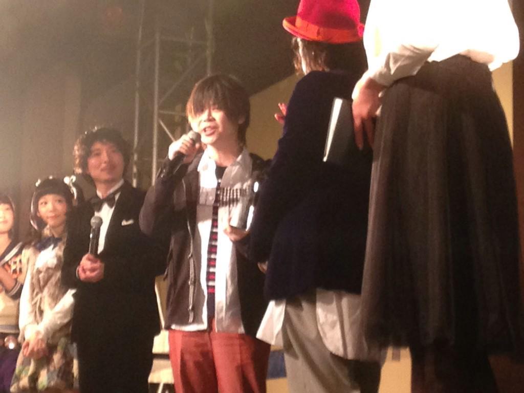 日本ツインテール協会主催の「ツインテールアワード2015」にて『俺、ツインテールなります。』が特別賞を受賞いたしました!ツインテール協会の古谷完会長からトロフィーを受け取る水沢夢先生。(濱) #ore_twi #ツインテールの日 http://t.co/ED45ySnGGE