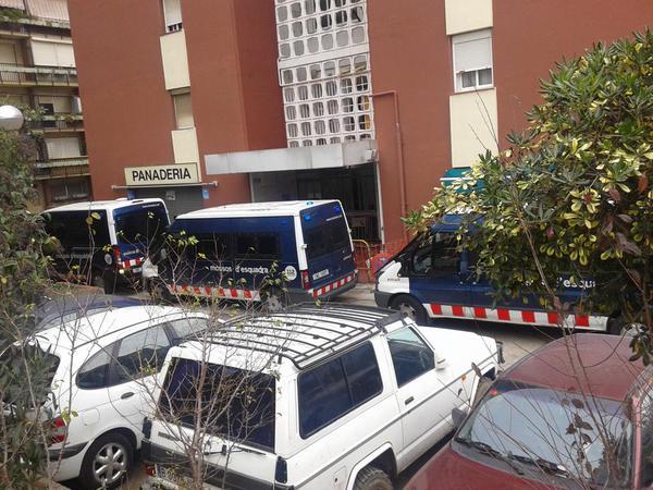 A #NouBarris s'està duent a terme una espècie de guerra contra els pobres.  Avui, nou desnonament a #CiutatMeridiana http://t.co/140SMk4RIG