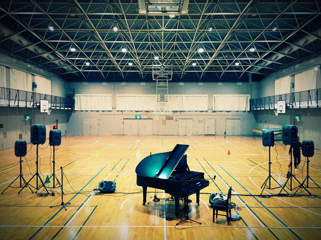 愛知県春日井市中部中学校へ。今日の客席は1〜10組まである1年生、340人ほど。ボイパセッションに付き合ってくれたサッカー部のYくん、ナイスガイでした。舞台上にピアノを上げるには教師5人と中学生男子10人いれば何とかなる、と知った日。 http://t.co/HNfCuMg3cl