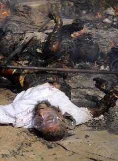 مدنيون تمت إبادتهم حرقا في ميدان رابعة وهم لا يقاتلون أحدا، بعد الانقلاب العسكري الذي قام به الجنرال #السيسي في #مصر http://t.co/GXSZDaYkNX