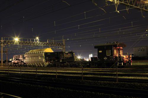 【夜の鉄道を走る!超大型変圧器】長さ13m、重さ275トン。一台30万kVAの超大型変圧器が、夜の鉄道を通って変電所まで運搬されます。この珍しい運搬の様子をご紹介します。http://t.co/svM1ZeBuX2 http://t.co/tsRo6l4Mye