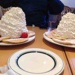 なるほど、これが女性版ラーメン二郎、エッグスシングスのパンケーキか…!(←クリーム増量 通常盛り→) http://t.co/WdKvV3l7mM
