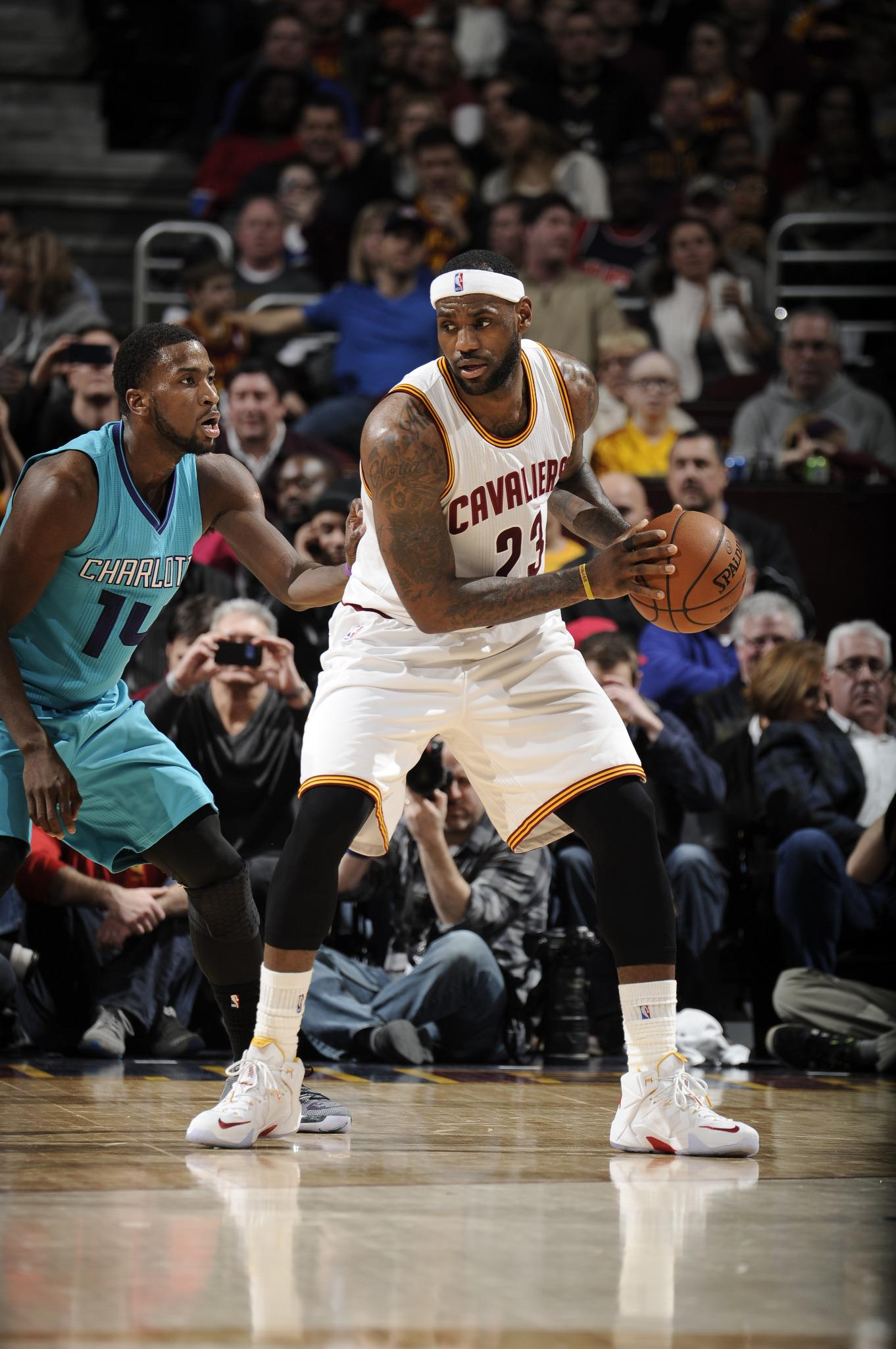 Cleveland puts up a dominant effort as @Cavs coast to a 129-90 W over @Hornets at the Q. King James went for 25-9-6 http://t.co/jf4buGIInZ