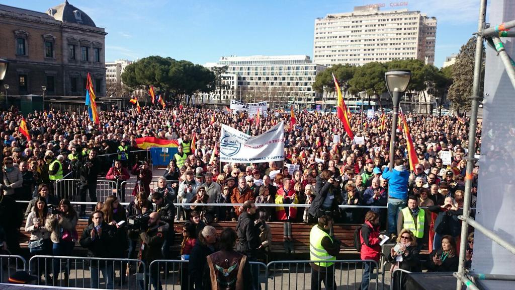 Así está la plaza de Colón de Madrid. Llena para apoyar a las víctimas. #NoMasTraiciones http://t.co/FaYIWXfeTh