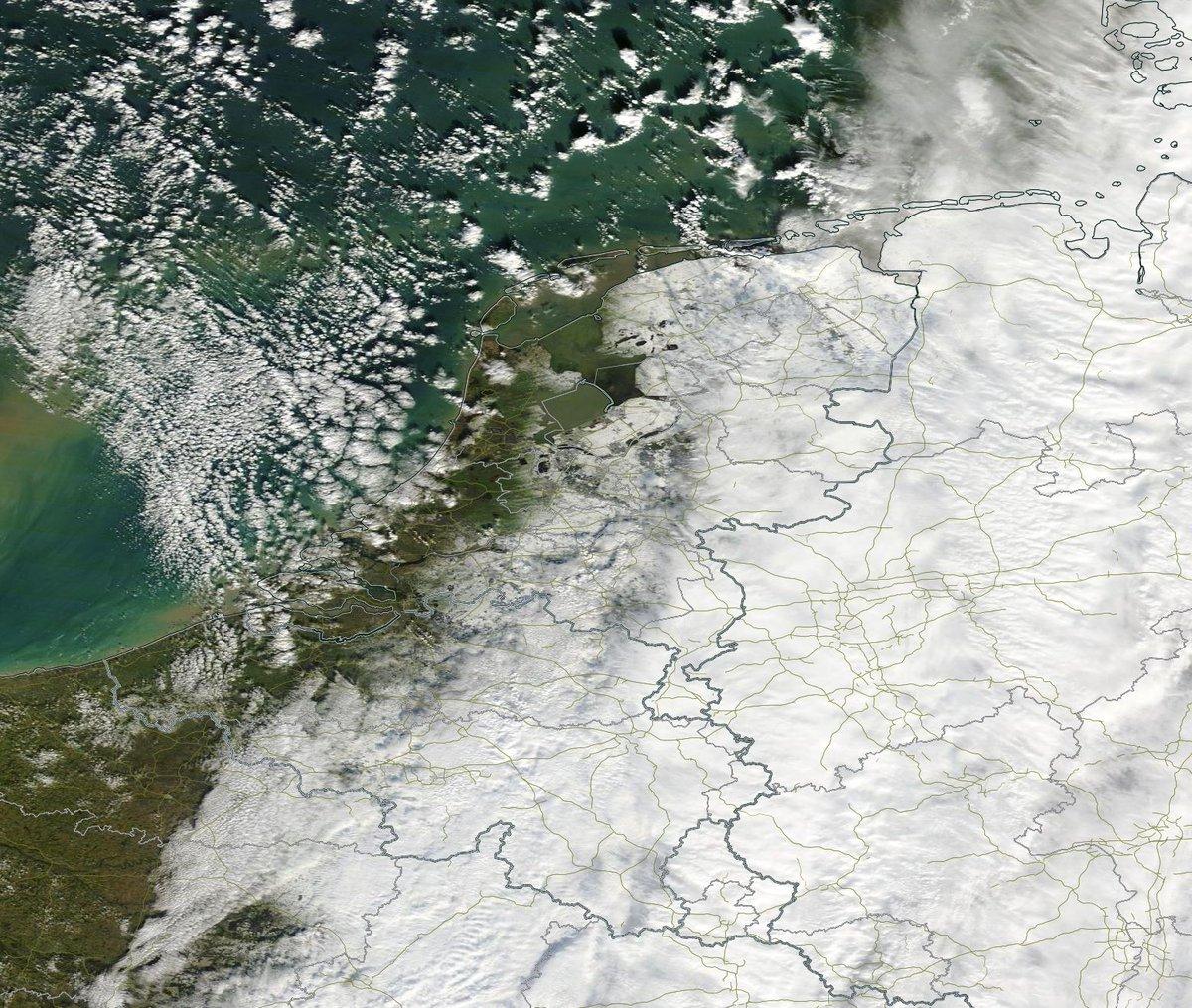 Een blik op ons land, vanuit de ruimte. Bron: NASA. Je ziet duidelijk waar wel en waar geen #sneeuw ligt.... http://t.co/vMVMMVQ9Lh