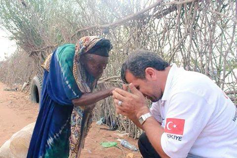 A Turkish aid worker humbly leans, kisses & cries on the hand of an old woman in an IDP camp in Somalia @Tika_Turkey http://t.co/MzDhxZUHBu