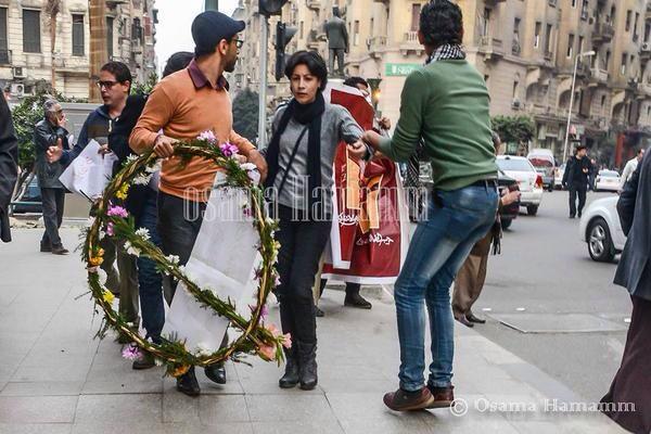 """@memam8: #شيماء_الصباغ  قبل أن تقتل بلحظات ....  http://t.co/vDndjqa3m2"" Shimaa holding flowers before she was killed by police #Egypt"