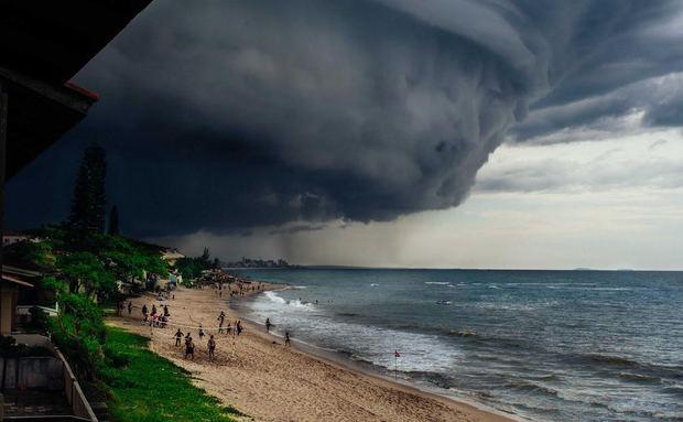 Tempestade se aproxima de praia em Barra Velha, SC. Flagra de Fabio Stella é a foto do dia http://t.co/x9Ommwj0Fm http://t.co/zjxEymL1VV