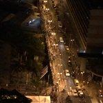 Acabo de tomar esta foto #EnLaCola 8:40pm Av. Bolívar. La cola llega a Bellas Artes. Siguen vendiendo http://t.co/XikGrZC5tZ