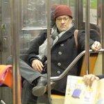 Можете представить Михалкова или Прохорова в метро и без охраны? А вот Хэнкс или миллиардер Брин в Нью-Йорке запросто http://t.co/Utm7OsOmqk