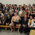 <千秋楽の様子>#sumo 史上最多33度目の優勝を飾った、白鵬。 支度部屋で記念撮影。 大相撲3月場所(大阪)の先行予約は、明日の11時まで! http://t.co/Xikzw8fCNH http://t.co/AKwovwGh3y
