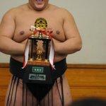 <千秋楽の様子>#sumo 初めての敢闘賞、色々なポーズで記念撮影する照ノ富士。 大相撲3月場所(大阪)の先行予約は、明日の11時まで! http://t.co/Xikzw8fCNH http://t.co/hr7V2cAf8K
