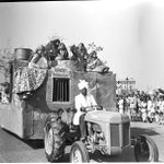 1952 :: Republic Day Rarade. Panghat Tableau showing village women drawing water from a well http://t.co/Qoed3ZqTzo